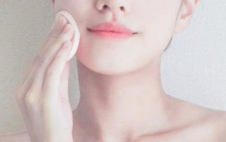 ファンデーションを頬に塗る女性