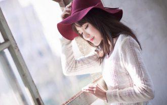 赤い帽子をかぶる女性